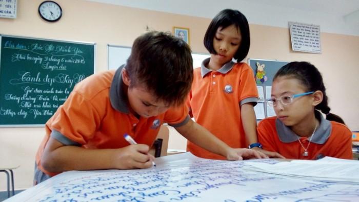 Các em học sinh cùng làm việc nhóm tại lớp