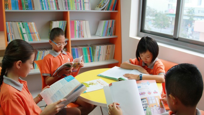 Các em học sinh đọc sách và tự học tại Thư viện Trường