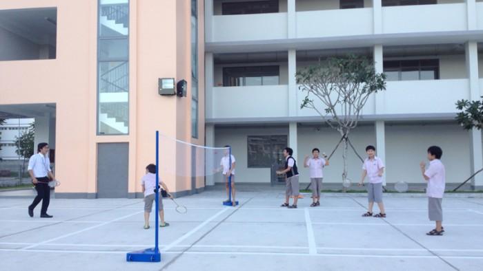 Các em học sinh SVIS tham gia chơi cầu lông sau giờ tan học