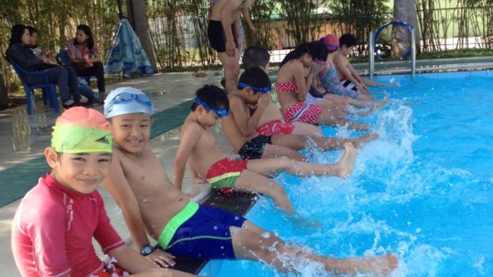 Các em học sinh tham gia học kĩ năng bơi năm học 2014 – 2015
